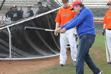 Hall of Famer, Johnny Bench, giving CWL players hitting tips